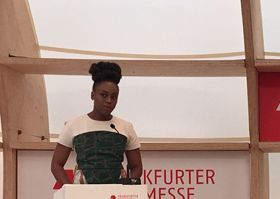 Chimamanda Ngozi Adichie aplaudida en la primera conferencia de Frankfurt