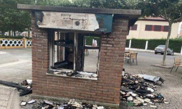 Arde la bibliocaseta de Ciudad Rodrigo en un acto vandálico